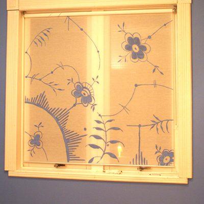 En blommig gardin till blå rummet