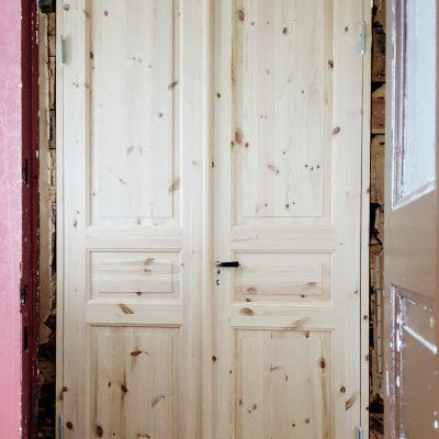 En dörr på plats